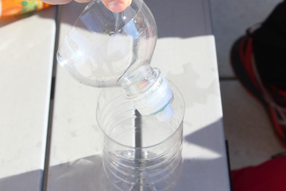 (c) Grashüpfer, PET-Flaschen zusammenstecken