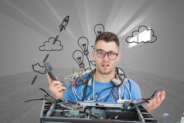 мужчина чинит компьютер