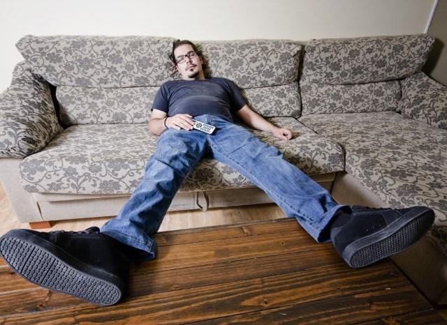с пультом на диване