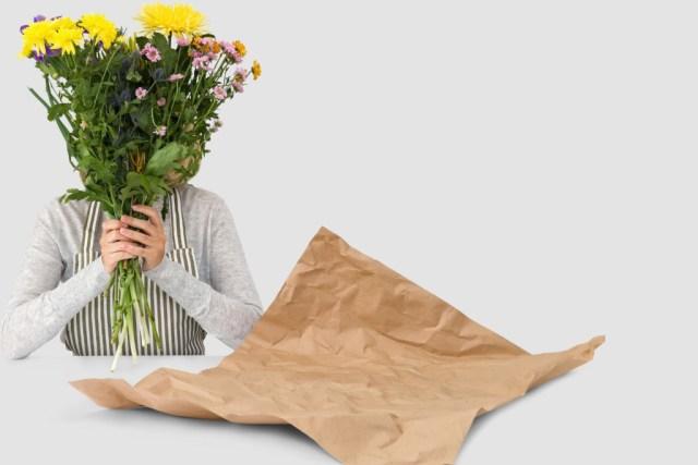 счастливая женщина с цветами