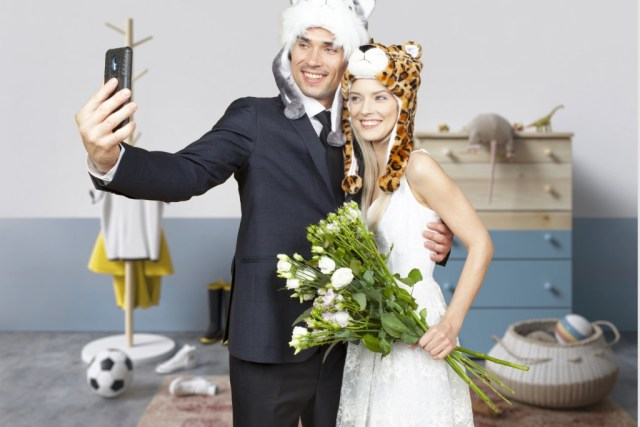 счастливая пара делает селфи