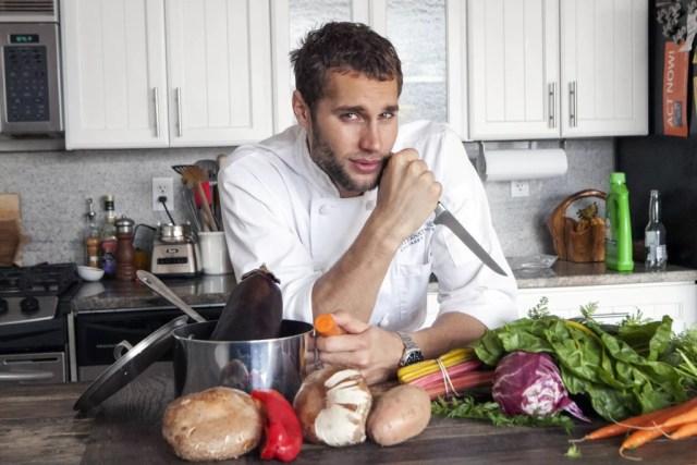 мужчина любит готовить