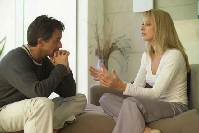 муж выслушивает жену