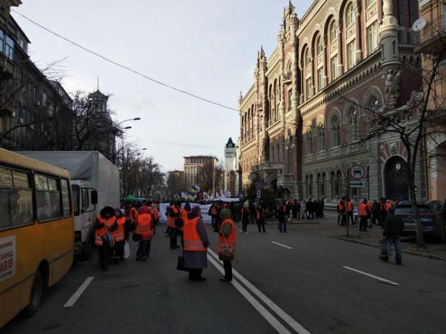 протестующие в оранжевых жилетках под нбу киев