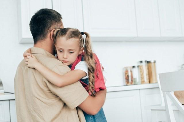 дочка у папы на руках