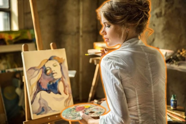 женщина рисует