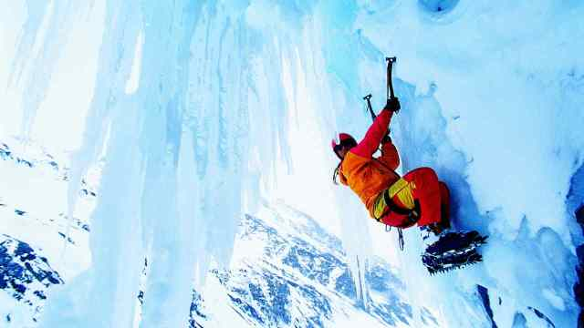 альпинист а скале фото
