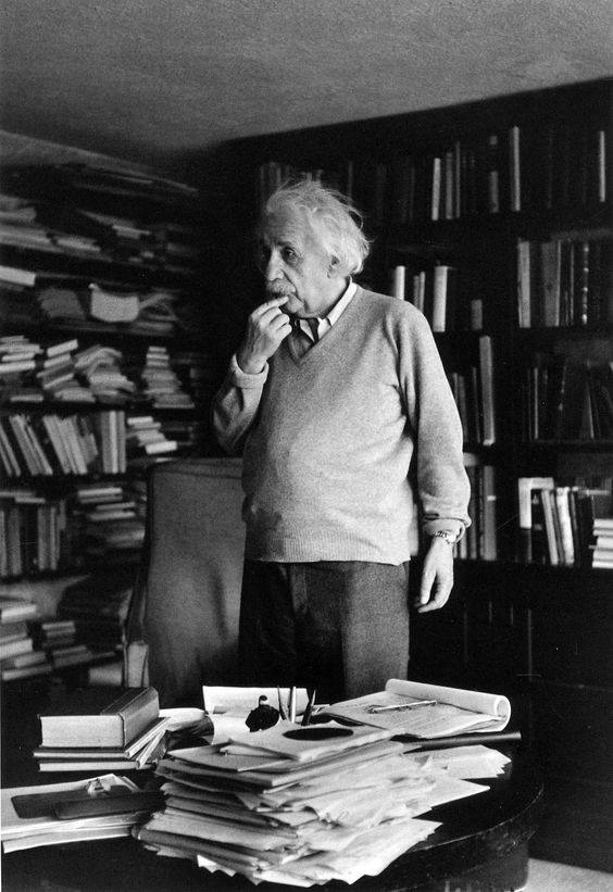 Albert Einstein in biblioteca