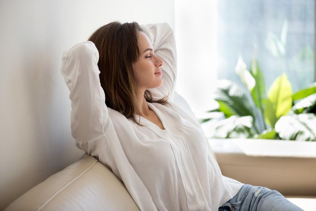 femeie relaxata acasa