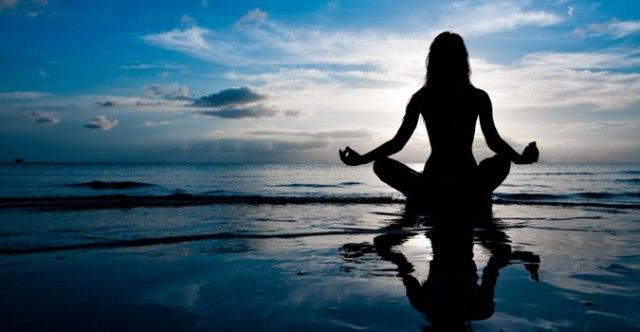 femeie care mediteaza, lotus, pozitia lotusului, meditatie,