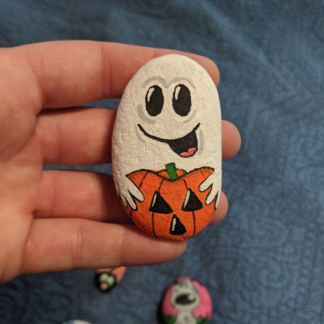 idei decoratiuni halloween piatra vopsita