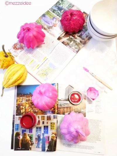 merenda in rosa con le zucche ornamentali