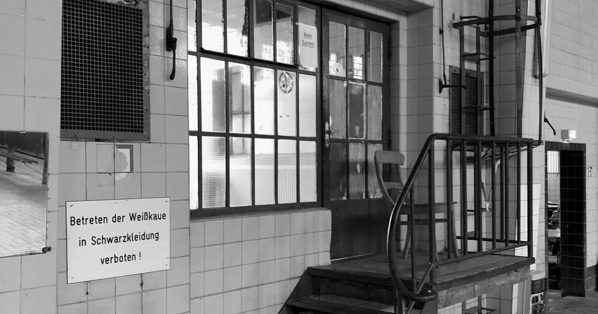 Betreten der Weißkaue in Schwarzkleidung verboten!