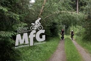 Zwei Radfahrer im Wald mit Gepäck
