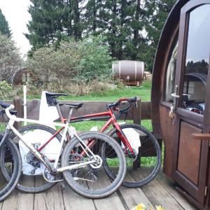 Weinfässer und Fahrräder