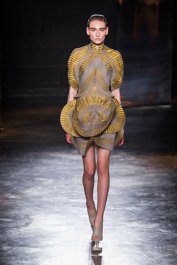 iris-van-herpen-autumn-fall-winter-2016-pfw17