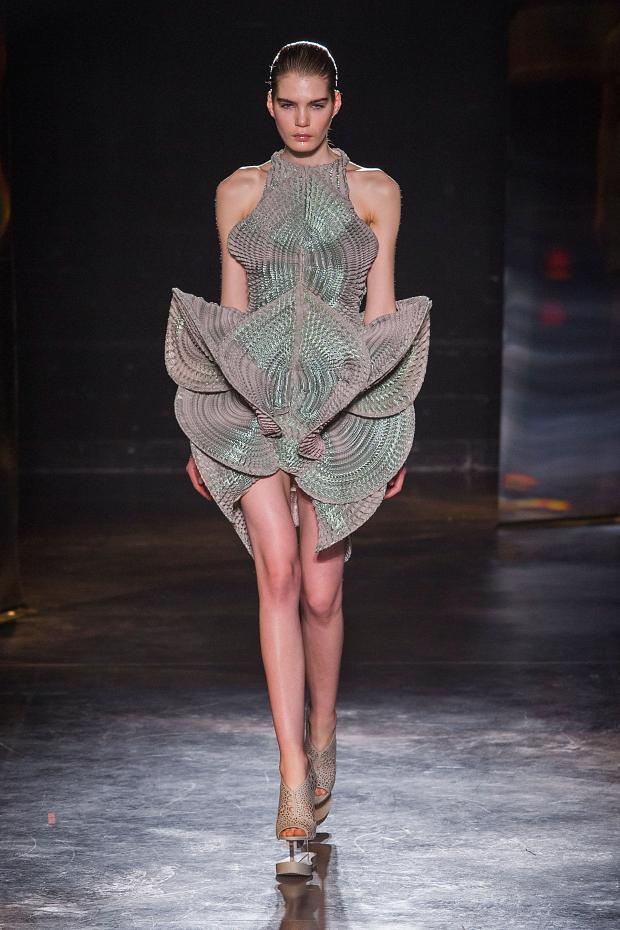 iris-van-herpen-autumn-fall-winter-2016-pfw18