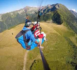 """Vol en parapente au sommet de la station de ski d'Allevard, lors d'un baptême """"prestige"""" avec Laurent de Gravity-parapente."""