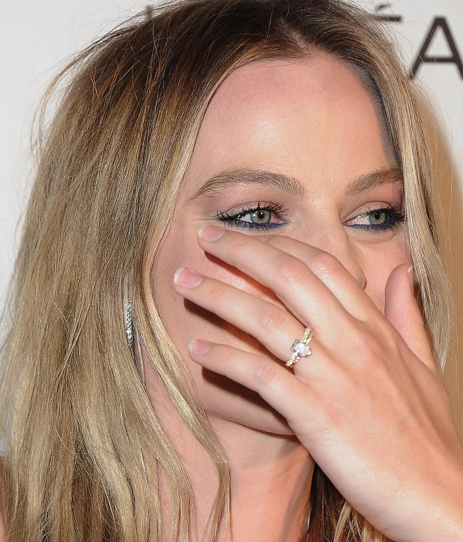 Margot Robbie Wedding.Margot Robbie Flashes Her Wedding Ring On First Red Carpet