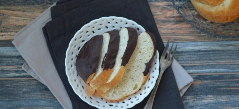 Leckere Hefeknoten mit Schokoladenguss