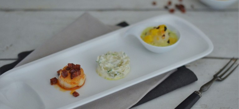 Dreierlei von der Jakobsmuschel: Tatar mit Limettencreme, gebraten mit Chorizo Crumble & pochiert mit Mango-Curry-Sauce