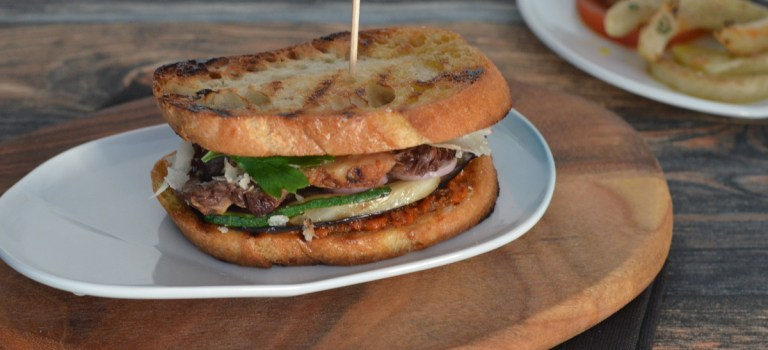 Soulfood: Mein Club Sandwich mit Entrecôte-Streifen, Parmesan & mediterranem Grillgemüse