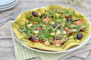 Pizza mit Pesto, Rucola & verschiedenem Gemüse