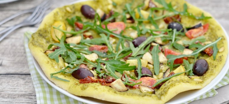 Pesto mal anders: Pizza mit Pesto, Rucola & verschiedenem Gemüse