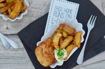 Fish and Chips: Lachs im Bierteigmantel mit Kartoffelecken