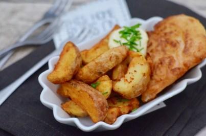 Fish and Chips: Lachs im Bierteigmantel mit Kartoffelecken