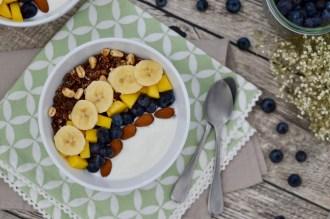 Leckere Frühstücks-Bowl mit Obst & Joghurt