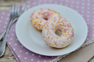 Bunte Mini-Donuts mit Zuckerguss & Streusel