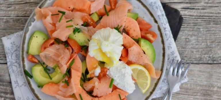 Happy Food: Avocado-Papaya-Salat mit pochiertem Ei, Quark & Räucherlachs