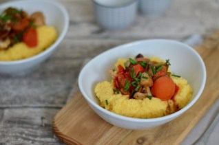 Vegetarisch Kochen: Polenta mit Balsamicopilzen und Tomaten