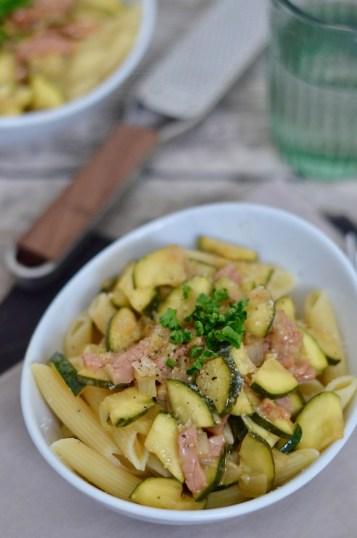 Für jeden Tag: Pasta mit Zucchini & Speck in Parmesan-Butter-Sauce