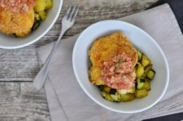 Knusprige Putenfilets mit Kartoffel-Zucchini-Würfel & Apfel-Tomaten-Salsa