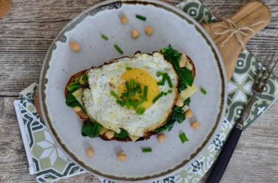 Natürlich Vegetarisch: Strammer Max mit Spinat und Kichererbsen