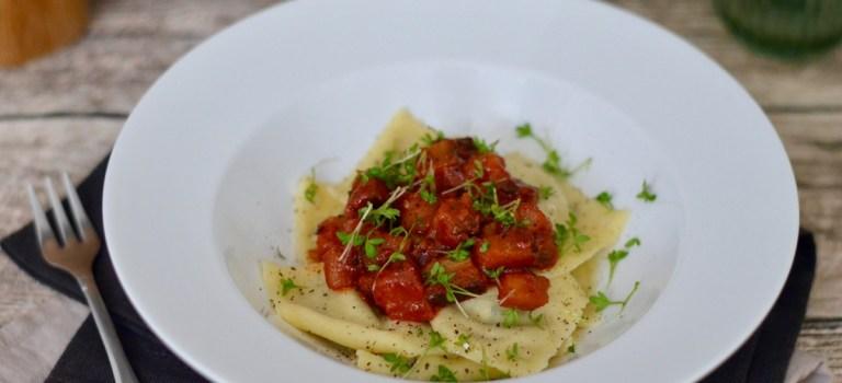Ravioli mit Auberginen-Ricotta-Füllung und Auberginen-Ragù