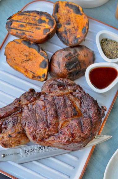 Tomahawk Steak aus dem BigGreenEgg mit Süßkartoffeln & Radieschen-Tzatziki