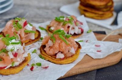 Happy Food: Räucherlachs-Tatar auf Kürbisblini