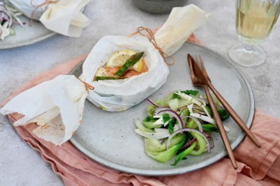 Happy Food: Lachs-Spargel-Päckchen mit Pak-Choi-Salat