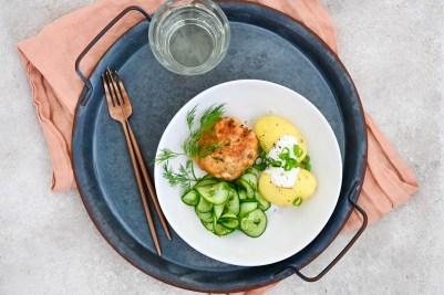 Lachsfrikadellen mit Pellkartoffeln und Gurkensalat