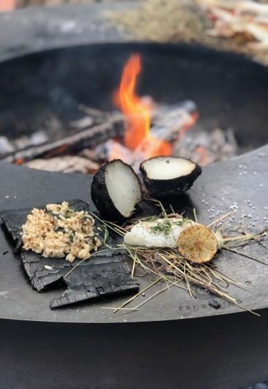 Zander auf Heu mit Brennessel-Risotto und Kohlrabi aus der Glut