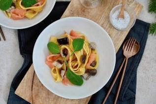 Tagliatelle mit Shiitake-Pilzen, Räucherlachs & Trüffelbutter