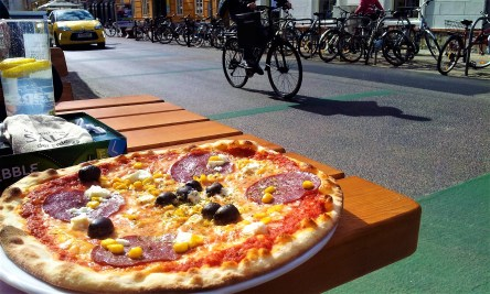 The pizza with view onto the Zinzendorfgasse
