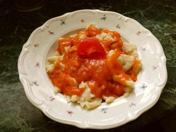 kluski w sosie pomidorowym