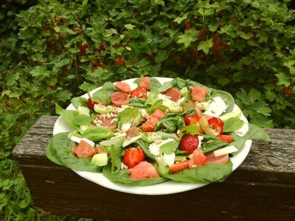 salatka na szpinaku z arbuzem