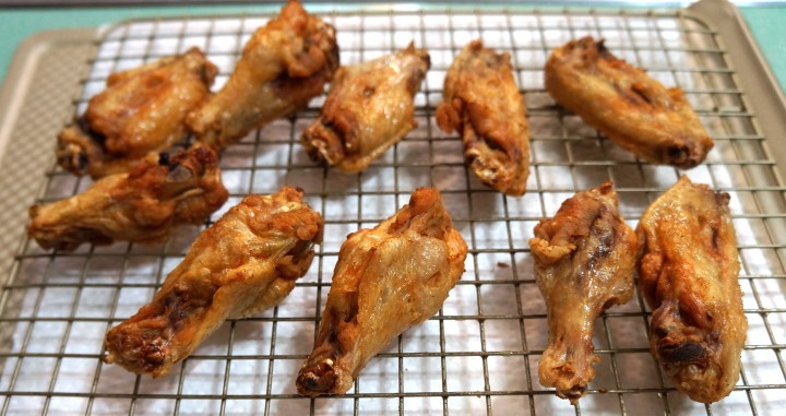 Keep your fried wings off the paper so the fried skin will stay crisp.