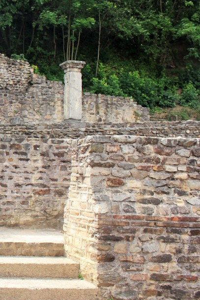The classic brick and stone layering iconic of roman walls