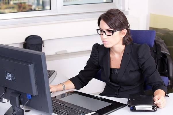 graduate-diploma-in-accounting-ara-lady-infront-of-computer-optimized-f